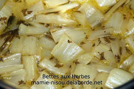 La meilleure recette de Côtes de Bettes aux Herbes! L'essayer, c'est l'adopter! 5.0/5 (2 votes), 2 Commentaires. Ingrédients: 1 botte de bettes, 2 petites gousses d'ail, Persil, Coriandre, Gingembre, Curry, Sel, Poivre noir, 1 filet d'huile d'olive, 1 verre d'eau (10 cl)