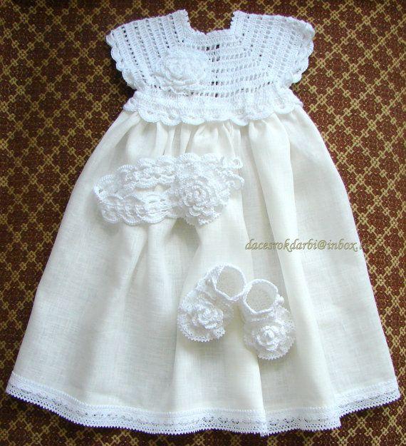 Vanwege vakantie accepteer ik geen bestellingen vanaf 15 juli tot 15 September. Welkom terug van September. Meer informatie in persoonlijke brieven. *********************  Deze jurk is haakwerk met linnen draad om haar koel te houden, en ook voor duurzaamheid, & geaccentueerd met bloemen. De jurk is een linnen doek die gebruikt. Deze jurk past een baby van 0 tot 2 jaar oud.   Ik beveel bij de hand wassen en lag plat te drogen. Stuur me een email als u vragen hebt.   Meestal verzonden bin...