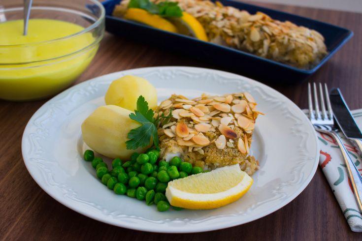 Jag älskade maten som serverades i skolan och mandelfisk var en av mina favoriter. En bit torsk som får gotta sig under ett täcke av en kryddig röra och mandel. Lyxig mat som går snabbt och enkelt att laga. God att avnjutas som en vardagsrätt eller när man vill bjuda sina gäster på något gott. Jag serverar min fisk med citronsås och potatis, det du! 4 portioner mandelfisk Fisken: 400 g torskfile (torskblock eller torskrygg) 50 g smör 1 dl ströbröd 1 vitlöksklyfta 1 msk torkad persilja eller…
