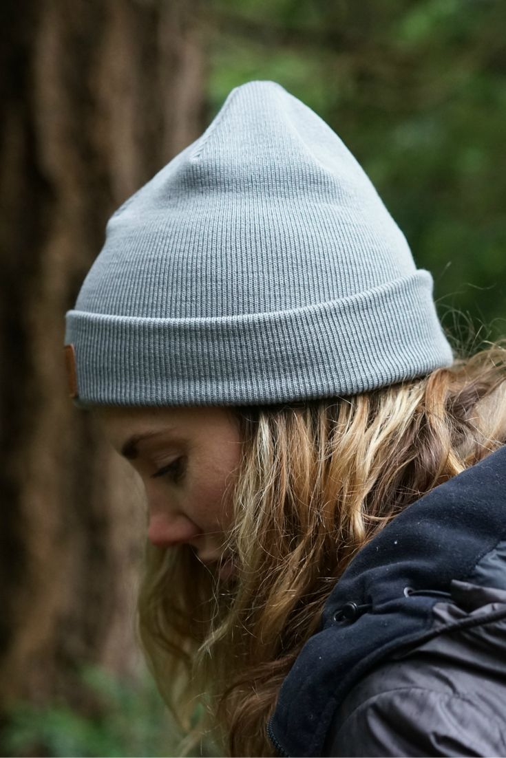 Hipster hiking outfit with a grey wool beanie for Women. Ethical and ecological sustainable merino wool beanie by VAI-KO. Photo and model @secretagentmike & @lindseynaglieri