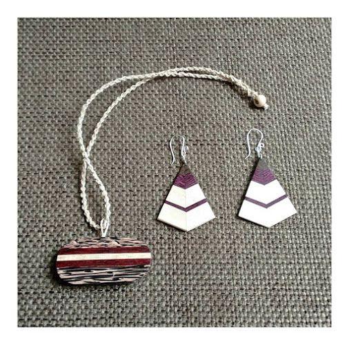 Lindos colares com fios de Buriti e pendentes e brincos em madeiras recicladas marchetadas. #igaramodaarte #ecojoias #ecomoda #ecoacessorios #moda