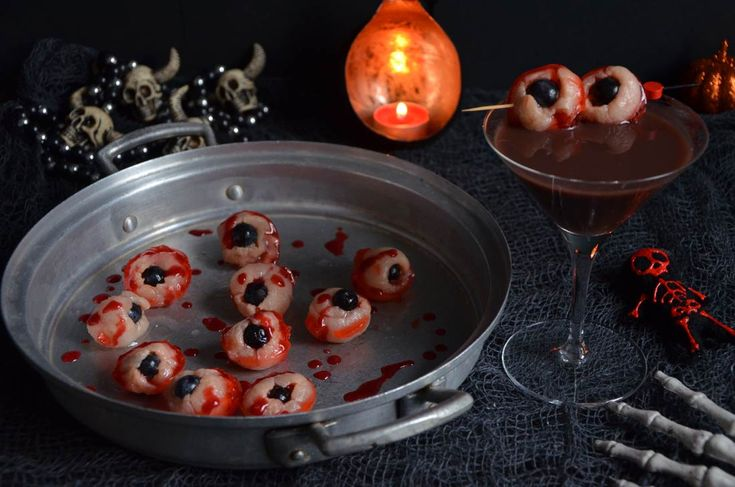Yeux de zombie rose litchi et cocktail pour Halloween http://turbigo-gourmandises.fr/yeux-de-zombie-rose-litchi-pour-halloween-version-walkind-dead/ #halloween