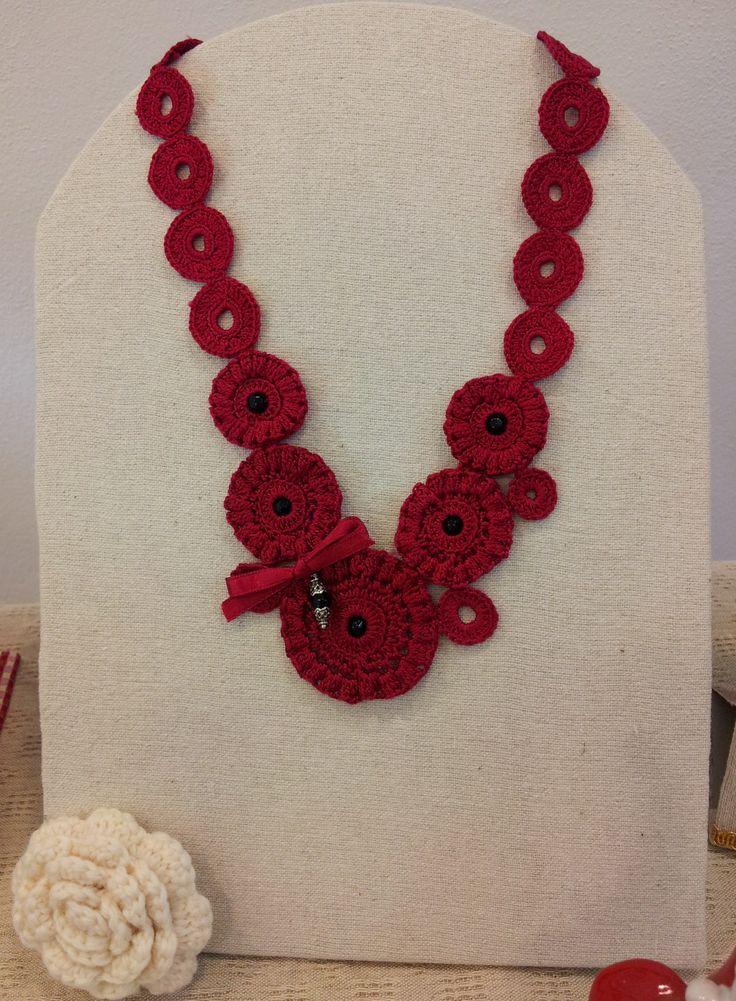 collana rossa realizzata a uncinetto