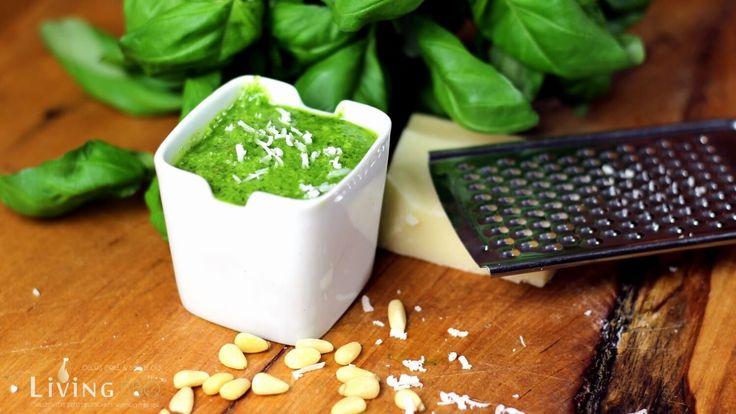 Basilikum Pesto kannst du ganz leicht selber machen. Wie das geht, verrate ich dir hier. Es gibt bestimmt noch zig andere Varianten, aber so schmeckt es mir.