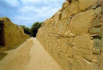 Complejo Arqueológico Cerro Sechín en Casma fue descubierta por el arqueólogo peruano Julio César Tello en 1937. Posteriormente se estableció que fue la capital de toda una cultura, a la que se denominó Cultura Sechín.