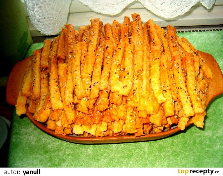 TNT - tuze návykové tyčinky :-) Do robotu, pekárny nebo misky nalijte šlehačku, do ní dejte 5 stroužků prolisovaného česneku, sůl a koření, žloutek,  promíchejte a přidejte tuk,...