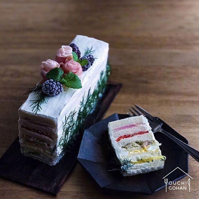 ouchigohan.jp 2017/12/14 13:35:29 【 #おうちごはん通信 】 スウェーデンのサンドイッチケーキ「#スモーガストルタ」を知っていますか❓ スウェーデンでは誕生日やホームパーティーなどお祝い事には欠かせない特別な料理なんです🎉 注目すべきはその美しい見た目😍 スポンジケーキに見立てた薄いパンに卵やハム、野菜などいろいろな具材を挟み、まるでデコレーションケーキのよう🎂😋 クリスマスパーティーにもおすすめの素敵なスモーガストルタをご紹介します🎄🍽✨ . photo by @e_shinji -------------------------- ◆おうちごはん記事はプロフィール欄から見てくださいね。 https://ouchi-gohan.jp/1234/ . ◆#デリスタグラマー #delistagrammer を付けて投稿すると紹介されるかも!スタッフが毎日楽しくチェックしています♪ . [staff : コノ] --------------------------- . #ouchigohan #いつものいただきますを楽しく…