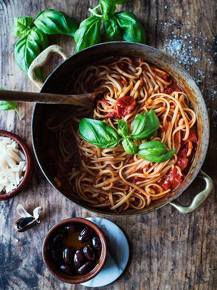 Jeg har to hverdagspastaer jeg alltid lager når jeg vil lage noe godt, billig og enkelt. Den ene er pasta arrabiata. Det vil si pasta med spicy tomatsaus. Mange bruker penne til denne pastaretten,