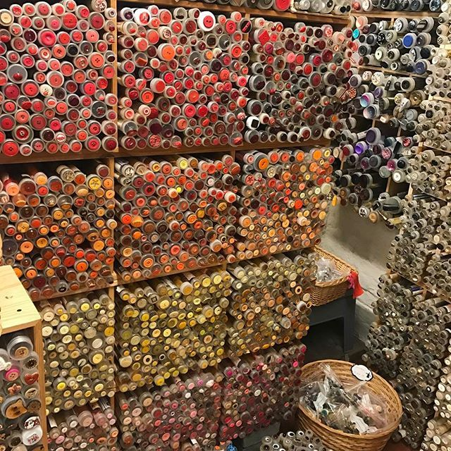 """""""Buttons up"""" 🌸 og over 50.000 af dem i den skønneste lille butik langt ude på landet i det Fynske 💕#stofmøllen #faaborg _______________________________________  #love2live #lifestyle #denmark #scandinavianstyle #chic  #mitodense #odensebloggers #aarhus #københavn  #odense #beautiful  #fashion #fashionlook #nailfashion #shootwithlove #lifestylephotography #livsstilsblog #details  #fashionist #fashionaddict #domoreofwhatmakesyouhappy  #travel #explorer @odensebloggers 🌟"""