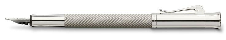Die guillochierten Schreibgeräte zeichnen sich durch ihre besondere Verarbeitung aus. Stück für Stück wird auf dem Edelharzschaft eine Guilloche nach einem Verfahren eingraviert, das sonst Schmuck oder silbernen Accessoires vorbehalten ist. Danach wird der Schaft in manuellen Lackier- und Poliervorgängen noch weiter veredelt.So entsteht in sorgfältiger Handarbeit eine interessante einzigartige Oberflächenstruktur: Kein Schreibgerät gleicht einem anderen aufs Haar, jedes ist ein individuell…