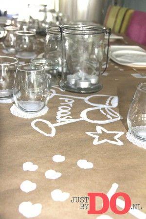 Doe-het-zelf tafelkleed versiering, kijk voor meer feest ideeen eens op: justbydo