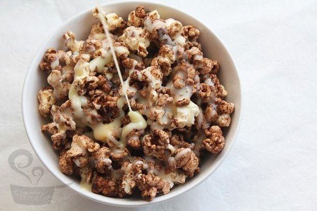Pipoca doce com Toddy/Nescau. | 10 laricas rapidinhas e gostosas para comer vendo Netflix