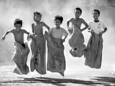 kids play - jumping sack races. #householdtamer