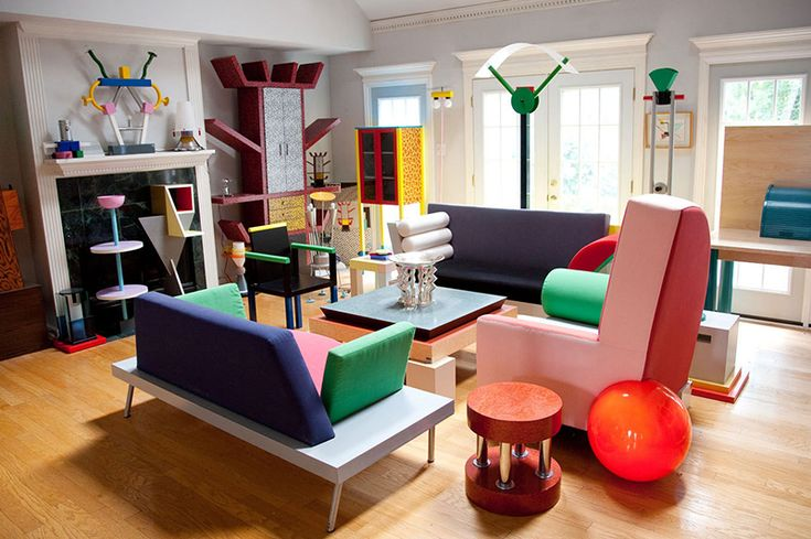 This image shows you what the original Memphis trend was about. Now that's a pretty impressive interior, no? It's all about bright colours and impressive yet strange designs, like the impressive 'Casablanca': a cabinet that looks a bit like a cactus. Find it at 1stdibs.com.