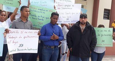 """Jóvenes protestan por la falta de empleo en la República Dominicana SANTO DOMINGO. Jóvenes que se concentraron frente al Palacio Nacional denunciaron que las instituciones públicas se han abarrotado de botellas """"que constituyen un acto de corrupción y derroche de los recursos públicos,"""