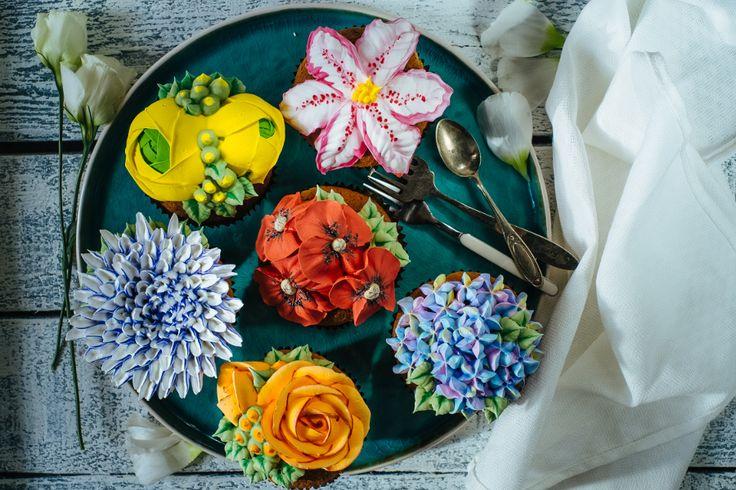 В нашем онлайн мастер-классе Ирина поделится с вами секретами создания цветов по «малазийской» технике. Вы научитесь мастерски работать с кондитерским мешком, узнаете, как выбирать насадки и подбирать красители. Приготовите крем на основе швейцарской меренги и сами попробуете создать свой неповторимый букет! Ирина покажет, как сделать гортензию, мак, хризантему, розу и ранункулюс. Вы сможете украшать цветами праздничные торты, капкейки для кэнди-бара или пасхальные куличи!