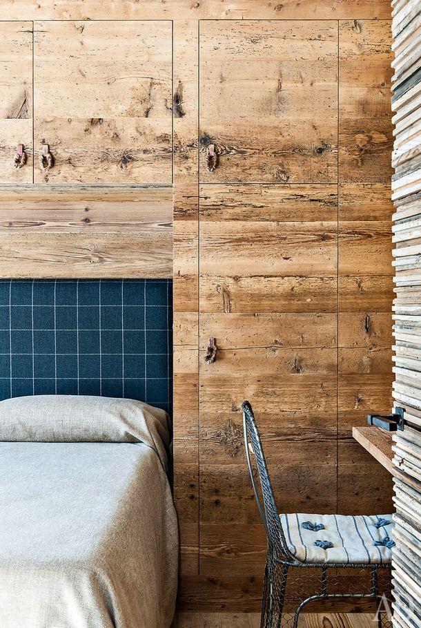 """Гостевая спальня. Обивка изголовья ишерстяное покрывало, Loro Piana; встроенные шкафы изели; металлический стул """"бистро"""", Франция, 1940-е."""