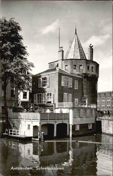 Amsterdam, 1940. Geldersekade. De Schreierstoren is gebouwd als een verdedigingstoren in 1481 en was een deel van de stadsmuur van Amsterdam.  Nu is de toren een café.