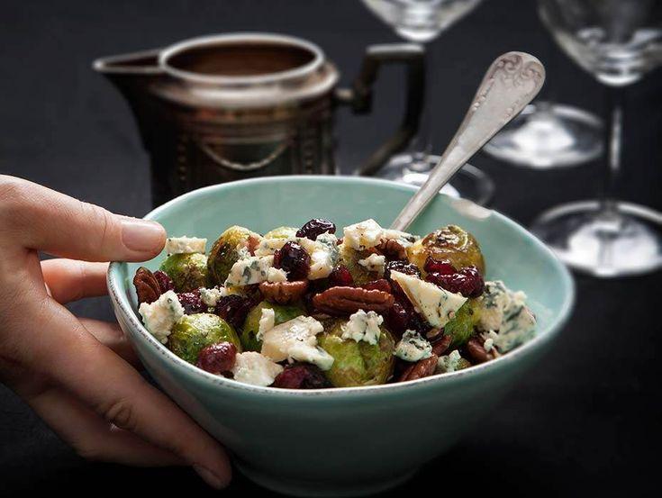 Brysselkål är en klassiker på många julbord. Här serveras den med nötter, ädelost och tranbär. Ljuvligt smakrik och vegetariskt julmat, här är receptet.