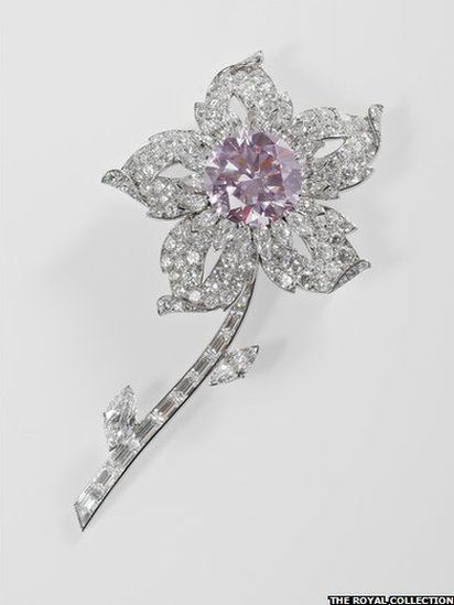 Williamson Diamond Brooch : The Williamson Diamond Brooch incorporates one of the finest pink diamonds ever discovered. The original stone was given to the Queen by the Canadian geologist Dr JT Williamson before her wedding in November 1947.