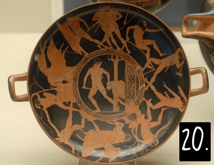 Più tardi, però (questo vaso è del 440 BC), Teseo diventa una specie di eroe nazionale per Atene, e si dà più importanza all'interezza del suo curriculum, in particolare al modo in cui ha liberato l'Attica da tutta una serie di flagelli, qui rappresentati sul bordo della kylix.