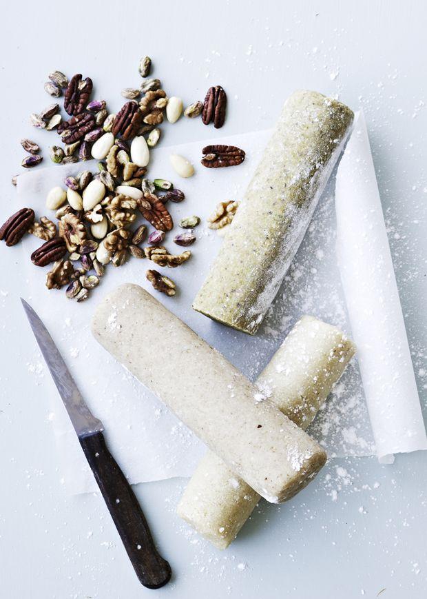 Få en god grund-opskrift på hjemmelavet marcipan, som du vil bruge igen og igen, når marcipan-trangen melder sig...