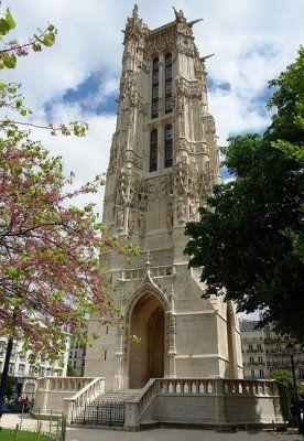 L'une des églises, fondée au XIIe siècle, était connue sous le nom de Saint-Jacques-de-la-Boucherie, car elle se trouvait dans le quartier de la Grande Boucherie, et elle possédait plusieurs reliques de saint Jacques le Majeur,seule la Tour subsiste