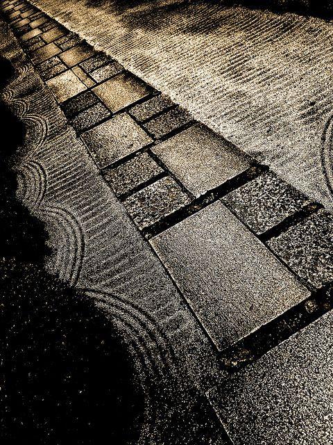 Approach to Nanzen-ji temple in Kyoto, Japan 南禅寺 京都 More beautiful Japanese garden paths: http://www.japanesegardens.jp/elements/000110.php