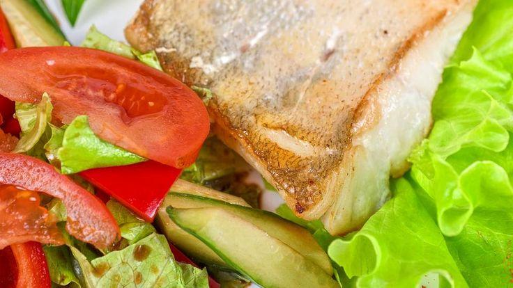 Herrlich leicht und einfach in der Zubereitung: Doradenfilet in Pistazienkruste mit Salat der Saison.