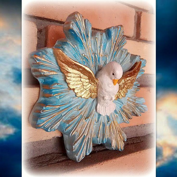 """Linda imagem de gesso, com pintura artesanal! <br> <br> O Divino Espírito Santo"""" simbolizado pela pomba, pois em várias passagens da Bíblia foi citado como tal. Como exemplo no Evangelho de Mateus (3,16) se lê: """"Depois que Jesus foi batizado, saiu logo da água. Eis que os céus se abriram e viu descer sobre Ele, em forma de pomba, o Espírito Santo de Deus."""""""