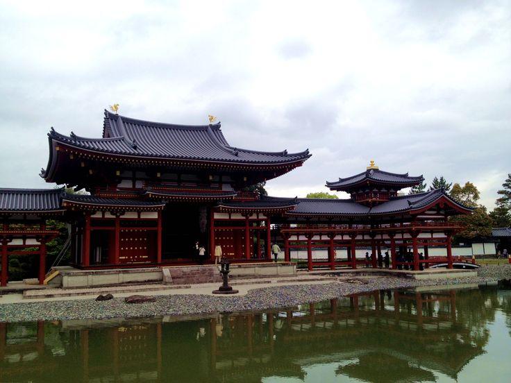 平等院是藤原頼通於1052年(日本永承7年)創立的寺廟,山號「朝日山」,正尊「阿彌陀如來」。特色包括表現極樂世界的「鳳凰堂」、日本平安時代屈指可數的佛像雕刻師-定朝精心雕刻的木造「阿彌陀如來坐像」、以及日本三銘鐘之一的「梵鐘」等多種日本國家至寶,被指定為世界文化遺産。[日本見聞錄]
