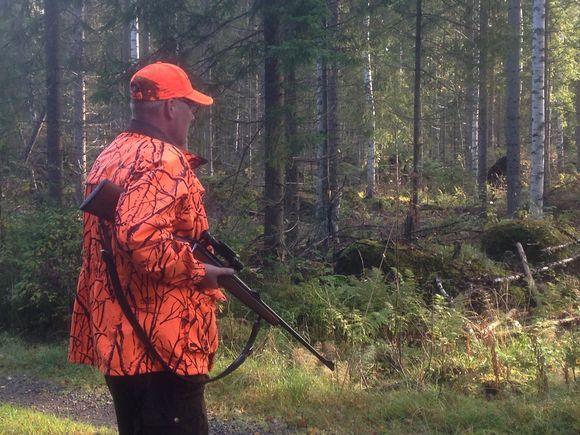 Metsästäjä kiväärin kanssa