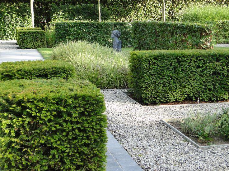 Thomas Leplat unterteilt den großen Garten mit Eibenhecken in interessante Ecken