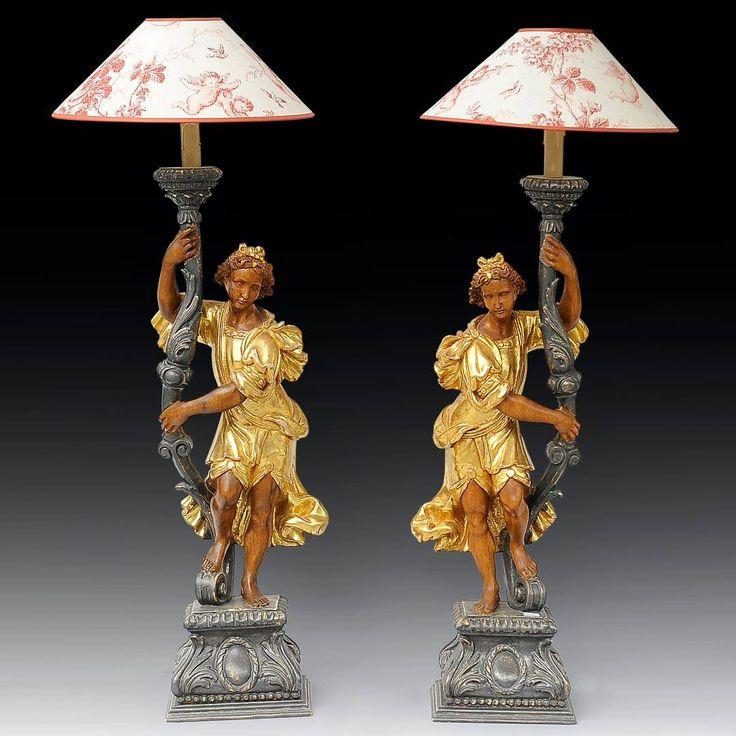 Paire d'angelots porte-torchères en bois sculpté, peint et doré montées en lampes Travaille italienne de la Maison Chelini à Florence du XXe siècle Hauteur: 96 cm