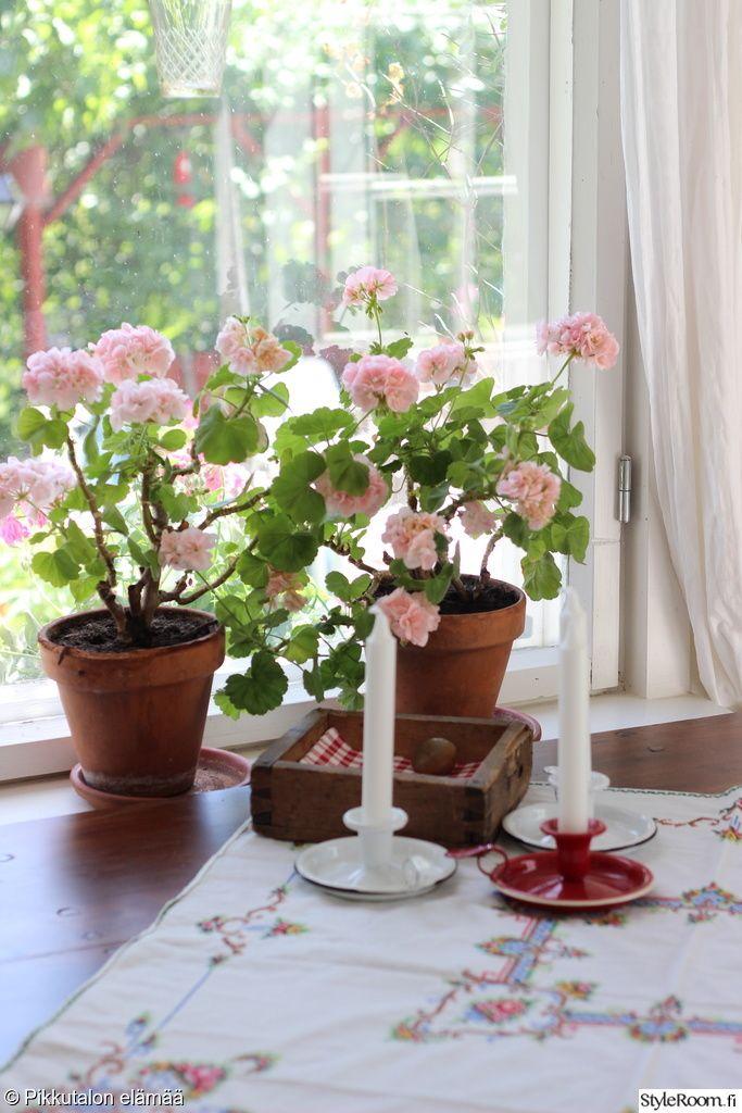 mökki,olohuone,mökin sisustus,maalaisromanttinen,maalaisromanttinen sisustus,yksityiskohtia,kynttilät,kynttilänjalat