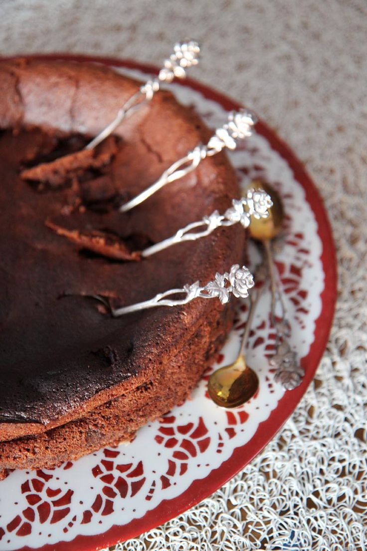 """Minulle tulee tästä kakustaalituiseen mieleen """"Frendit""""- tyyppinen porukka lusikoimassa yhteistä suklaaihanuutta. Sillä tavalla rennon lup..."""