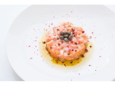 女子力高すぎ!旬の鮭をオシャレなタルタルに。 まるでコースの前菜!鮭のピンク色が華やかな可愛いタルタル