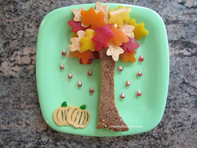 Oak Tree Lunch: Create an oak tree from a slim sandwich and leaf-shaped fruits and vegetables cut from a leaf-shaped cutter to welcome the Autumn weather.