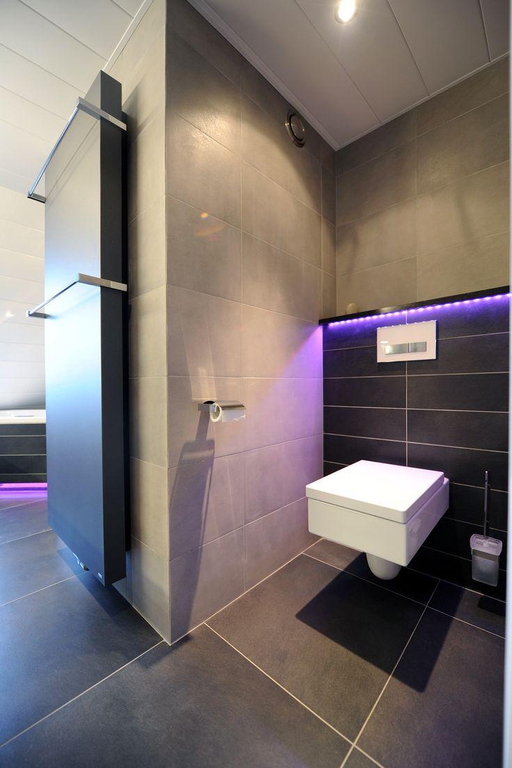 Strakke badkamer met led verlichting te Nuenen