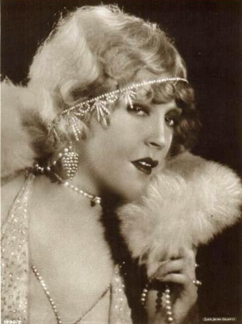 "Mae Murray,1920's. ae Murray (May 10, 1889 – March 23, 1965) was an American actress, dancer, film producer, and screenwriter. Murray rose to fame during the silent film era and was known as ""The Girl with the Bee-Stung Lips"" and ""The Gardenia of the Screen."""
