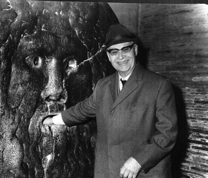 """Dubcek steekt tijdens een bezoek aan Italië in de jaren 60 zijn hand in de """"Mond der Waarheid"""" in Rome, waarvan de mythe luidt dat het de handen zou afbijten van eenieder die tegen het beeld loog. Zijn hand is er echter duidelijk nog, dus liegen deed hij op dat moment niet."""