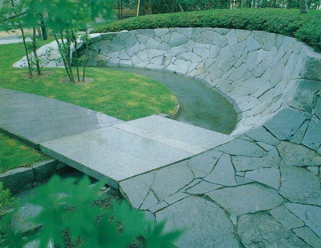 A garden with a stone-climbing approach and Mizuma Tsukiyama's continuous modeling