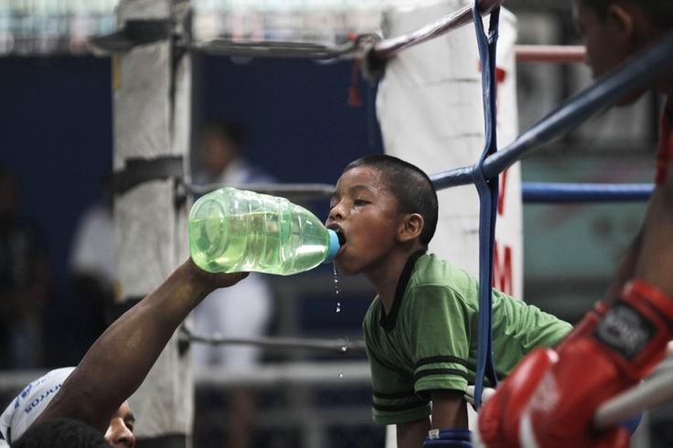De 8-jarige Ulises werkt snel wat water naar binnen tijdens een trainingssessie in de Rockero Alcazar sportzaal in Panama stad. De sportzaal is vernoemd naar de Panamese boxer  Pedro Rockero Alcazar, die in 2002 het leven liet. Er zijn verschillende vrijwilligers actief die jongeren ertoe willen bewegen  er een gezonde levensstijl op na te houden.