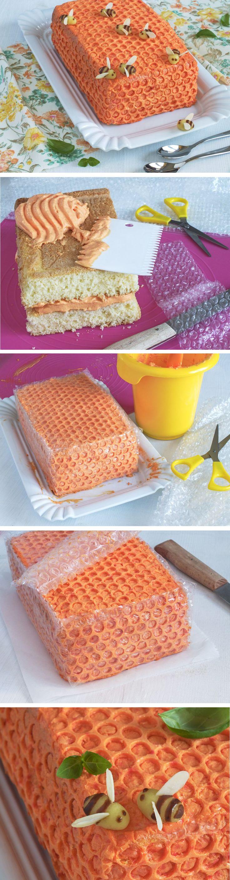 Prozradíme vám fígl, jak rychle ozdobit dort a vytvořit na něm vzor medové plástve. Je to jednodušší než byste čekali.