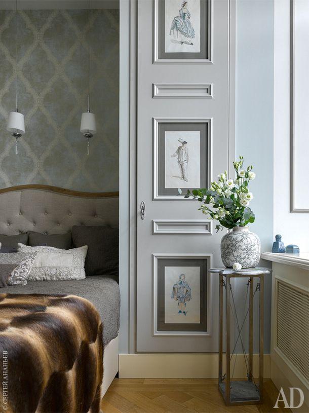 Главная спальня. На дверцах шкафа акварели Натальи Гусевой.