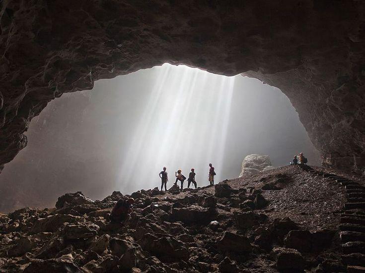 Fotografia di Elena Bobrova  La luce in fondo ad un corridoio orizzontale naturale nella grotta Grubug in Indonesia.