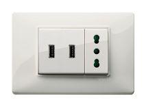 Eccole! Disponibili anche in Italia. Prodotte da VIMAR, le prese USB per ricaricarci :)