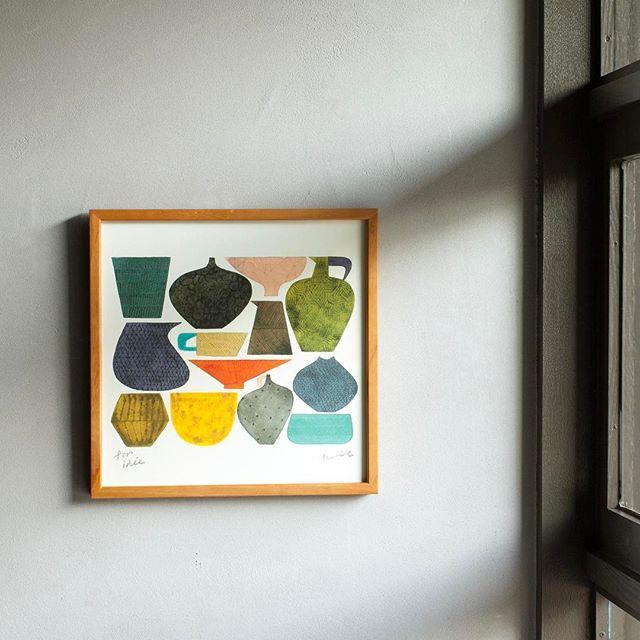 バーズワーズオンラインストア、大阪直営店に、POSTER [UTSUWA] for IDÉEが登場しました。 こちらはidee別注デザインのため、ご購入はidee各店とバーズワーズオンラインストア・直営店のみでのお取り扱いです。 伊藤が生み出す独特の模様や形、色合いの陶器たちを描いたポスターは、伊藤の世界観を贅沢に楽しめる一枚です。 #birdswords  #バーズワーズ #birdswordsosakastore