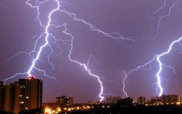 Fulmini uccidono 20 persone nello stato indiano di Andhra Pradesh 5.22 Un'ondata di maltempo si è abbattuta ieri sullo stato indiano di Andhra Pradesh con una tempesta di pioggia e vento accompagnata da fulmini che hanno ucciso almeno 20 persone. Così l'agenzia di  #maltempoindia #fulminimorti
