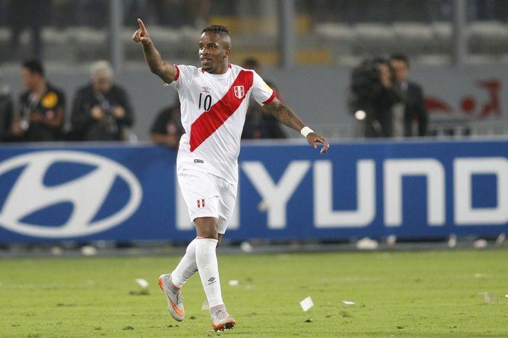 Figura de Perú salió llorando de la cancha tras perder con Chile - El Gráfico Chile. Octubre 14, 2015.